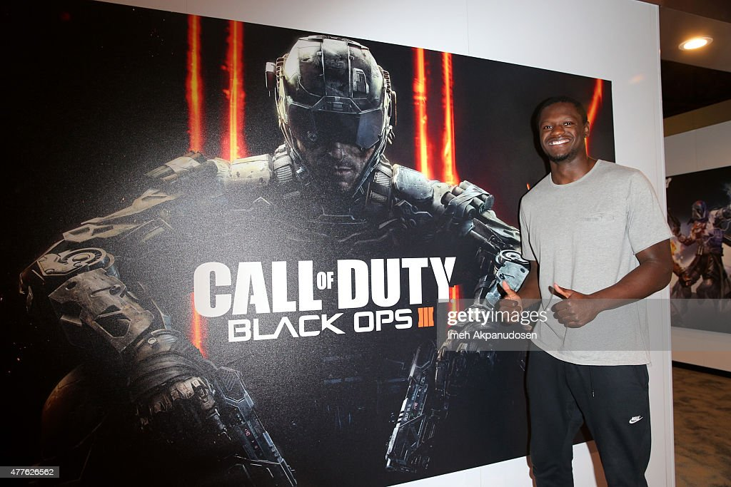 Basketball player <a gi-track='captionPersonalityLinkClicked' href=/galleries/search?phrase=Julius+Randle&family=editorial&specificpeople=10784969 ng-click='$event.stopPropagation()'>Julius Randle</a> visits Activision's Call of Duty: Black Ops 3 booth during E3 2015 at Los Angeles Convention Center on June 18, 2015 in Los Angeles, California.