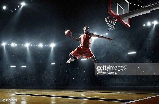 Basketball-Spieler macht slam dunk