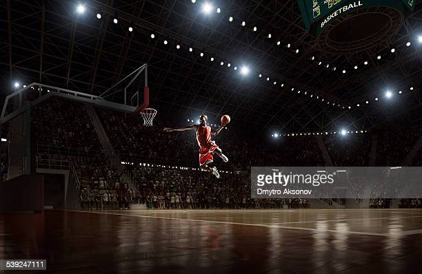 Jugador de baloncesto hace slam dunk