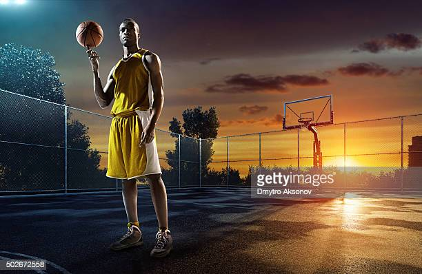 バスケットボール選手 streetball の屋外プレイグラウンド