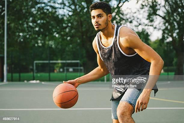 Basketball-Spieler auf dem Platz gegenüber Gegner