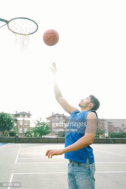 バスケットボール選手のコートで、スラム Dunking ボール