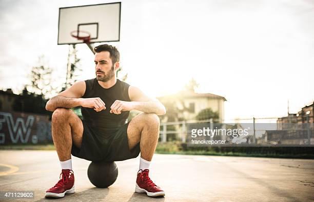 バスケットボール選手のコートでのポートレート