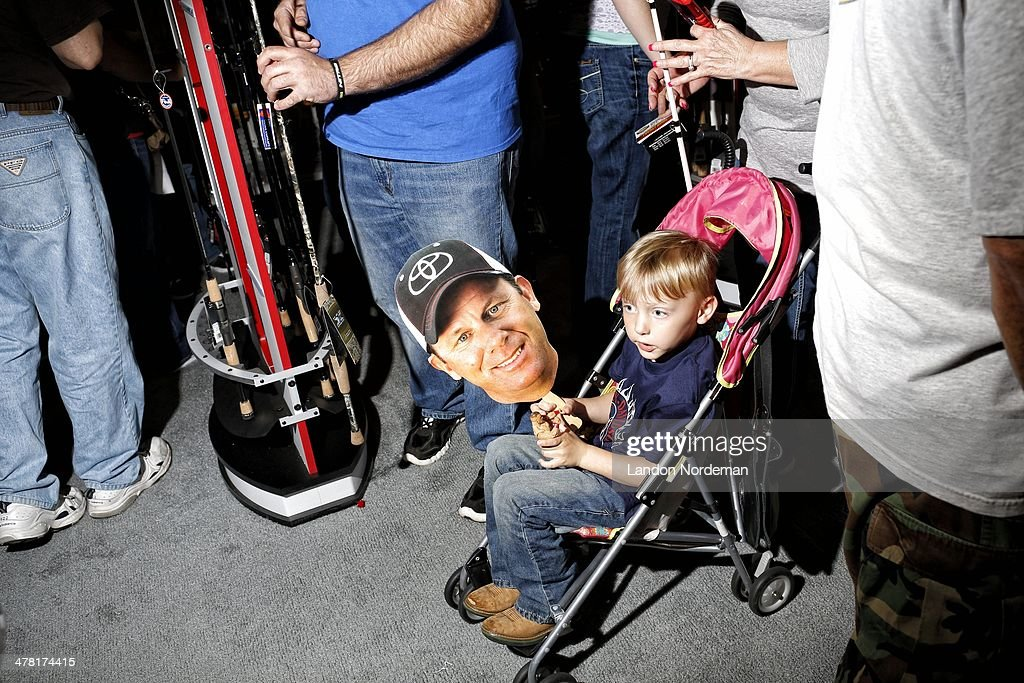View of youth fan in stroller watching weigh-in at BJCC Arena. Landon Nordeman F1834 )