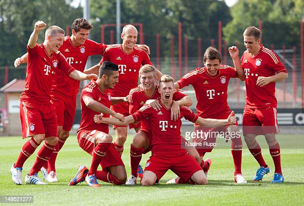 Bastian Schweinsteiger Emre Can Patrick Weisser Mario Mandzukic Philipp Lahm and Arjen Robben pose for a picture during the Bayern Muenchen team...