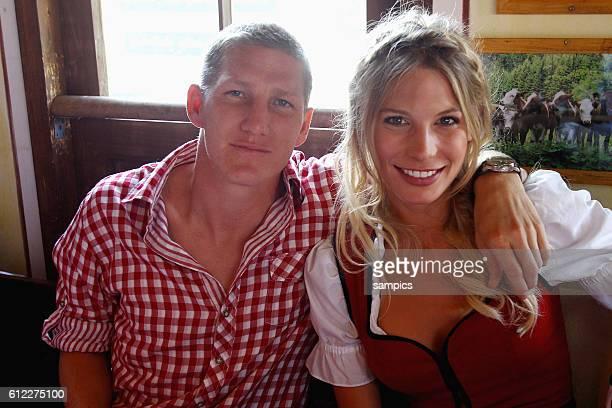 Bastian SCHWEINSTEIGER FC Bayern Munchen und seine Freundin Sarah Brandner Oktoberfestbesuch des FC Bayern Munchen