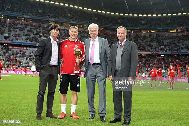Bastian Schweinsteiger wird zum Spieler des Jahres 2013 gekürt Überreicht wird die Trophäe von Rainer Holzschuh links Bundestrainer Joachim Löw...