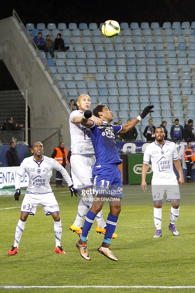 Bastia's Brandao (2nd R) vies with Troyes' VCeskovac Dusan (2nd L) during the French L1 football match between Bastia and Troyes on February 6, 2016 at Armand Cesari stadium in Furiani, near Bastia, on the French Mediterranean island of Corsica. AFP PHOTO / YANNICK GRAZIANI / AFP / YANNICK GRAZIANI