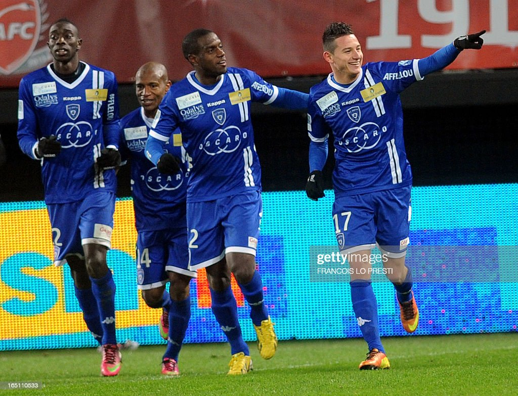 Bastia's French midfielder Florian Thauvin (R) is congratulated by teammates after scoring a goal during the French L1 football match Valenciennes vs Bastia on March 30, 2013 at the Hainaut Stadium in Valenciennes. AFP PHOTO / FRANCOIS LO PRESTI