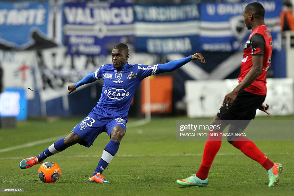 Bastia's Mailian defender Drissa Diakite (L) vies with Guingamp's French forward Mustapha Yatabare during the French L1 football match Bastia (SCB) against Guingamp (AEG) in the Armand Cesari stadium in Bastia, in the French Mediterranean Island of Corsica, on February 1 , 2014.