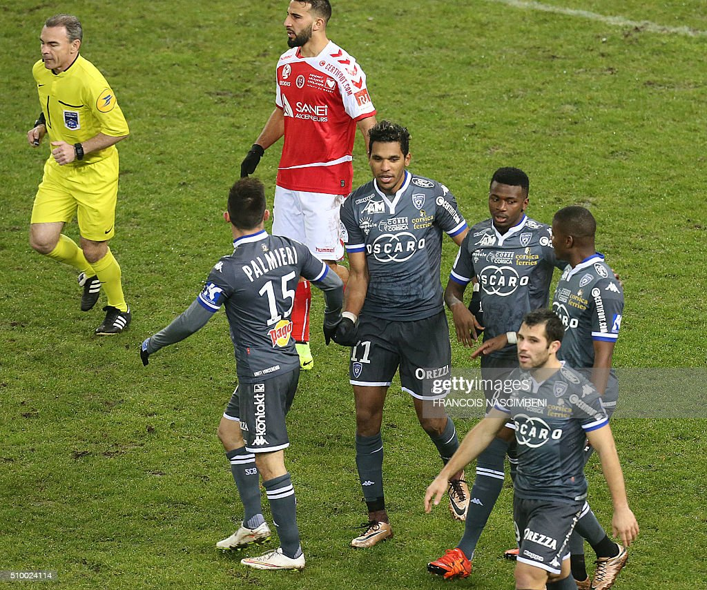 Bastia's players celebrate after scoring a goal during the French L1 football match between Reims (SR) and Bastia (SCB) on February 13, 2016 at the Auguste Delaune Stadium in Reims, eastern France. AFP PHOTO / FRANCOIS NASCIMBENI / AFP / FRANCOIS NASCIMBENI