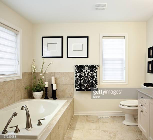 Intérieur d'une salle de bains décorée de manière professionnelle