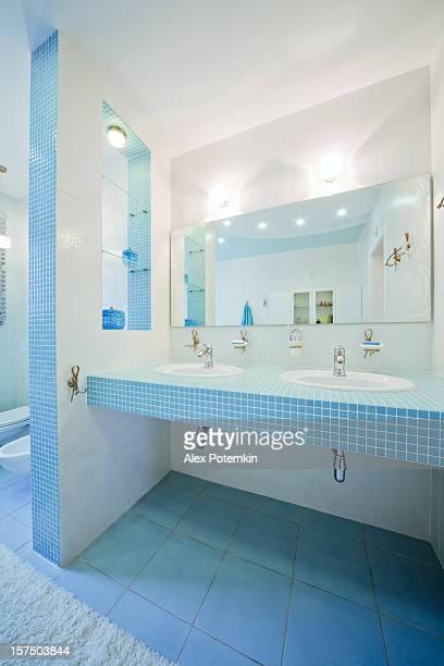 La salle de bains. Intérieur de luxe moderne