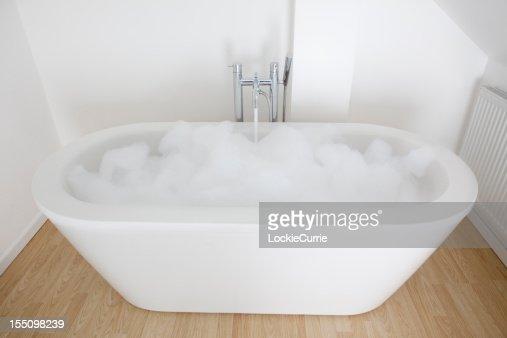 Vasca da bagno con piedini foto e immagini stock getty - Foto vasca da bagno ...