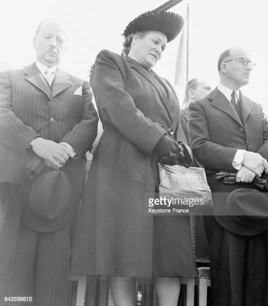 Béatrice Bretty actrice et compagne de l'homme politique et résistant Georges Mandel et le frère de celuici se recueillent lors d'une cérémonie...