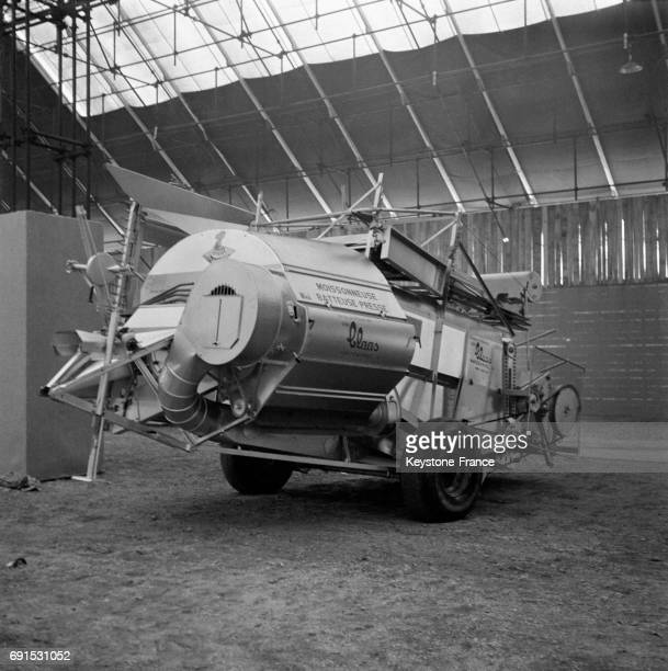 Threshing stock photos and pictures getty images for Salon de la machine agricole