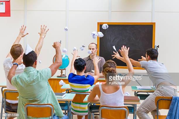 Bataille de boules de papier dans la salle de classe