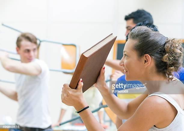 Bataille d'étudiants dans une salle de classe