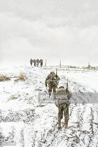 Esausto battaglia della seconda guerra mondiale ci Squadrone A piedi di una collina di fango