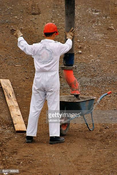 Bauarbeiter auf einer Baustelle Building worker on a building site