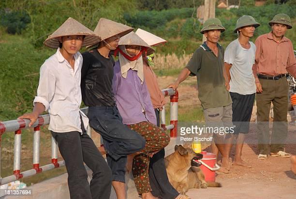 Bauarbeiter bei Mittagspause Vietnamesen Hund Einweihung von 'Ke'B r ü c k e Ngoen Village Provinz Tien Luc Vietnam Asien Dorf Strohhut TropenHelm...