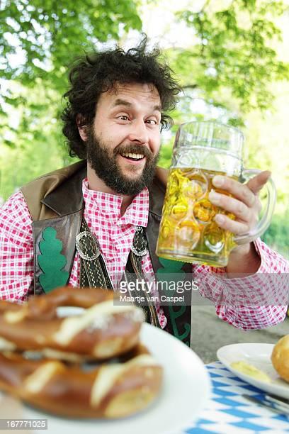 Bärtiger bayerischen Mann in einem Biergarten Betrunken
