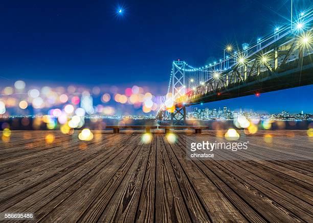 Puente de la bahía de San Francisco y de los edificios de la ciudad por la noche