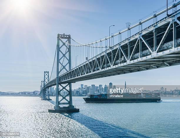 Puente de horizonte y la bahía de San Francisco