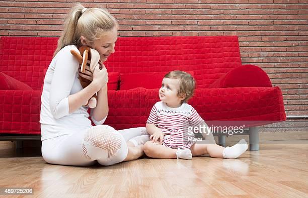 Bay daugther et mère jouant à la maison
