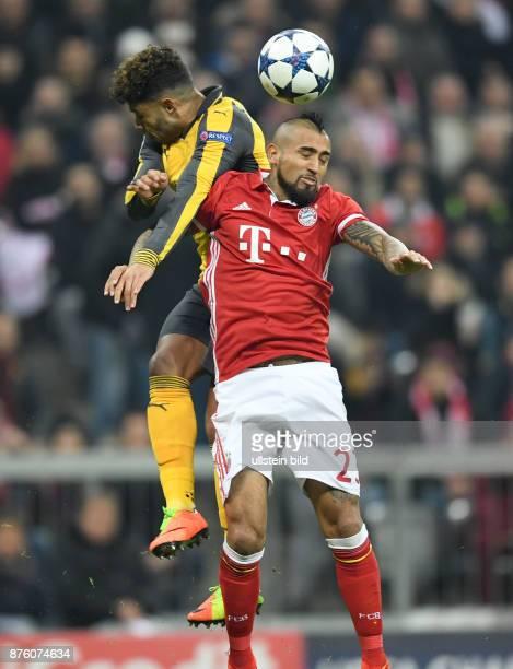 FUSSBALL FC Bayern Muenchen Arsenal London Alex OxladeChamberlain gegen Arturo Vidal