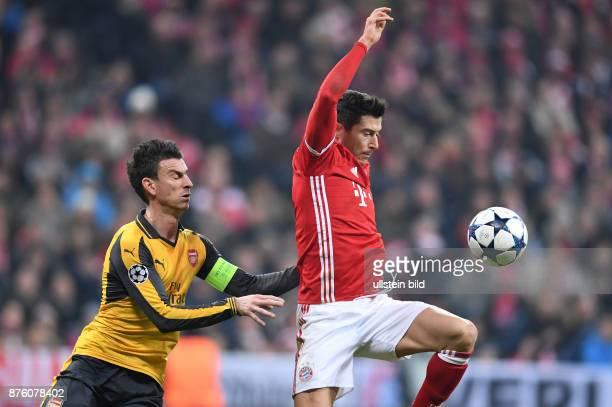 FUSSBALL FC Bayern Muenchen Arsenal London Laurent Koscielny gegen Robert Lewandowski