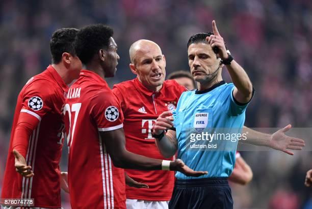 FUSSBALL FC Bayern Muenchen Arsenal London Robert Lewandowski David Alaba und Arjen Robben reklamieren bei Schiedsrichter Milorad Mazic