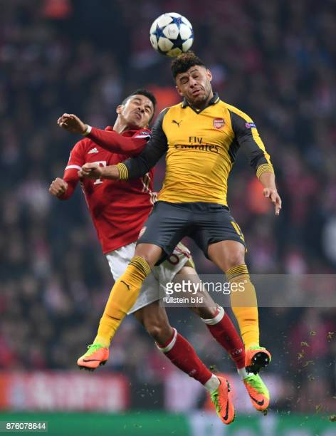FUSSBALL FC Bayern Muenchen Arsenal London Thiago Alcantara gegen Alex OxladeChamberlain