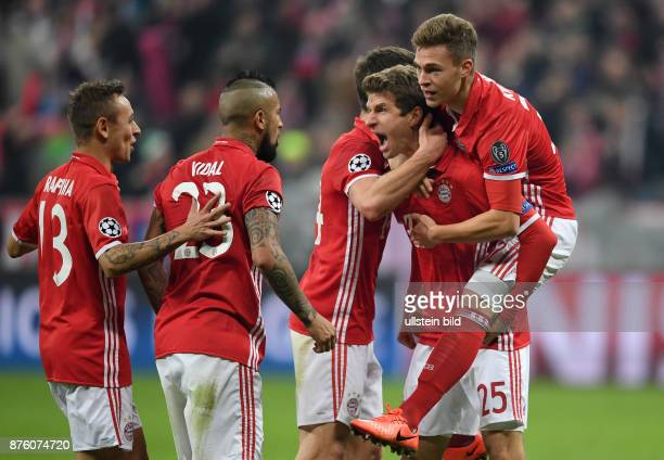 FUSSBALL FC Bayern Muenchen Arsenal London Rafinha Arturo Vidal Thomas Mueller und Joshua Kimmich