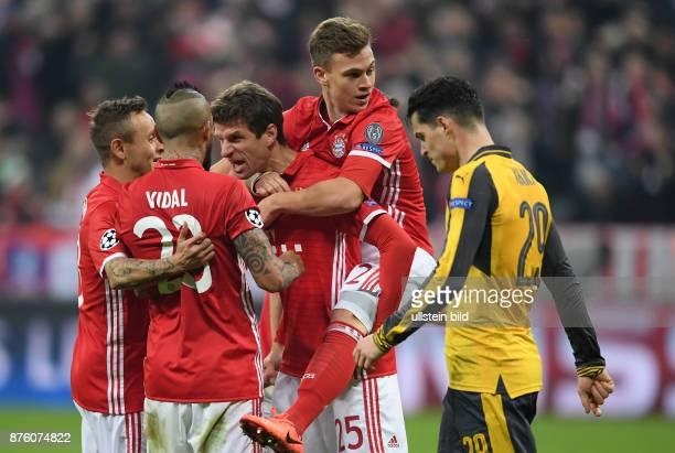 FUSSBALL FC Bayern Muenchen Arsenal London Rafinha Arturo Vidal Thomas Mueller und Joshua Kimmich Granit Xhaka