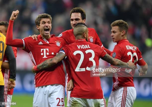 FUSSBALL FC Bayern Muenchen Arsenal London Thomas Mueller Mats Hummels Arturo Vidal und Joshua Kimmich