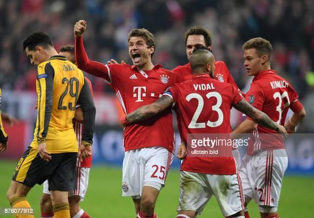 FUSSBALL FC Bayern Muenchen Arsenal London Thomas Mueller Mats Hummels Arturo Vidal und Joshua Kimmich Links schleicht Granit Xhaka enttaeuscht davon