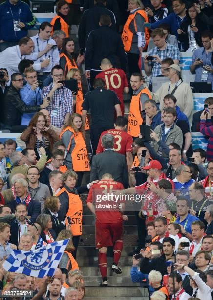 FUSSBALL SAISON FC Bayern Muenchen FC Chelsea Bastian Schweinsteigerm Trainer Jupp Heynckes Bastian Schweinsteiger und Arjen Robben laufen zur...
