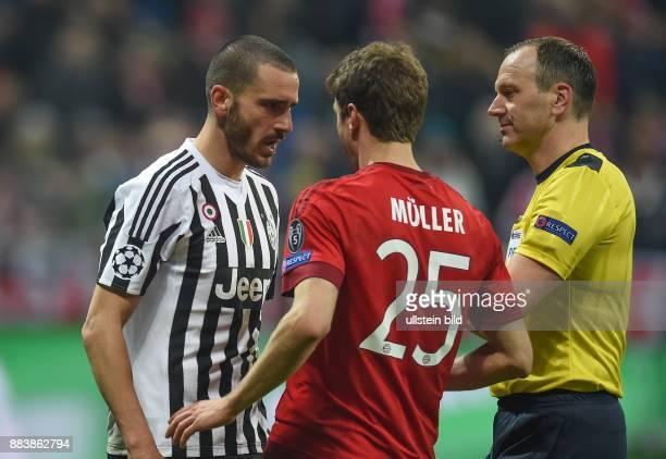 FUSSBALL FC Bayern Muenchen Juventus Turin Leonardo Bonucci und Thomas Mueller duellieren sich verbal unter den Augen von Schiedsrichter Jonas...