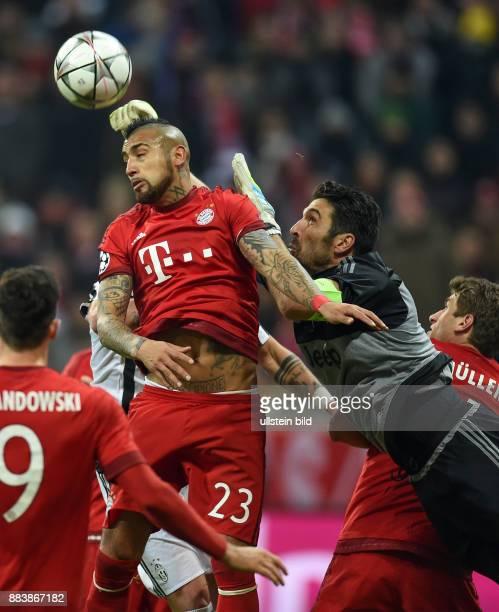 FUSSBALL FC Bayern Muenchen Juventus Turin Torwart Gianluigi Buffon kann gegen Arturo Vidal retten