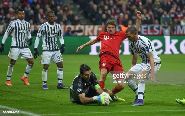 FUSSBALL FC Bayern Muenchen Juventus Turin Torwart Gianluigi Buffon und Leonardo Bonucci koennen vor Thomas Mueller retten