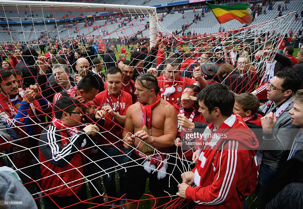 Bayern Muenchen supporters attempt to tear apart the goal net in celebration of the Buldesliga champions after the Bundesliga match between FC Bayern Muenchen and Hannover 96 at Allianz Arena on May 14, 2016 in Munich, Germany.