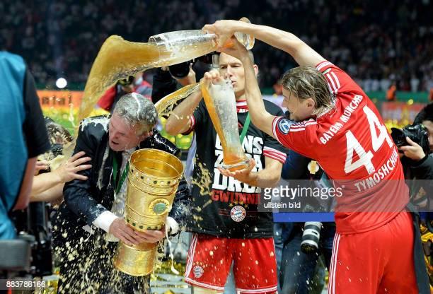 FUSSBALL DFB FC Bayern Muenchen VfB Stuttgart Arjen Robben Anatoliy Tymoshchuk Anatoli Timoschtschuk goennen Trainer Trainer Jupp Heynckes eine...