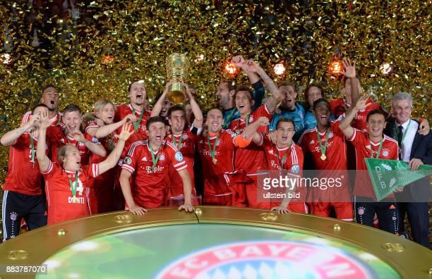 FUSSBALL DFB FC Bayern Muenchen VfB Stuttgart Podestjubel mit Pokal Jerome Boateng Arjen Robben Bastian Schweinsteiger Anatoliy Tymoshchuk Anatoli...