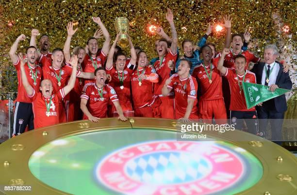 FUSSBALL DFB FC Bayern Muenchen VfB Stuttgart Podestjubel mit Pokal Diego Contento Jerome Boateng Arjen Robben Bastian Schweinsteiger Anatoliy...