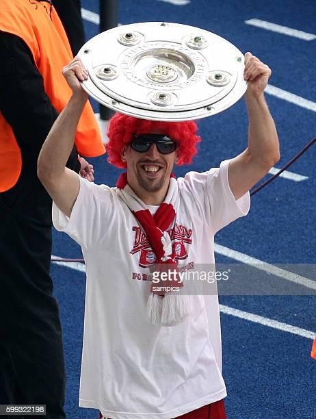 FC Bayern Munchen feiert die deutsche Meisterschaft 2010 Franck Ribery mit Perucke Peruecke Sonnenbrille und Meisterschale Fußball Bundesliga Hertha...