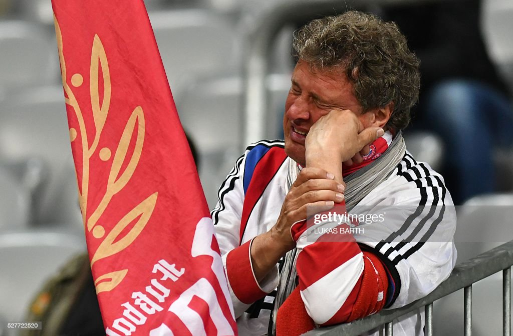 A Bayern Munich fan cries after the UEFA Champions League semi-final, second-leg football match between FC Bayern Munich and Atletico Madrid in Munich, southern Germany, on May 3, 2016. / AFP / LUKAS