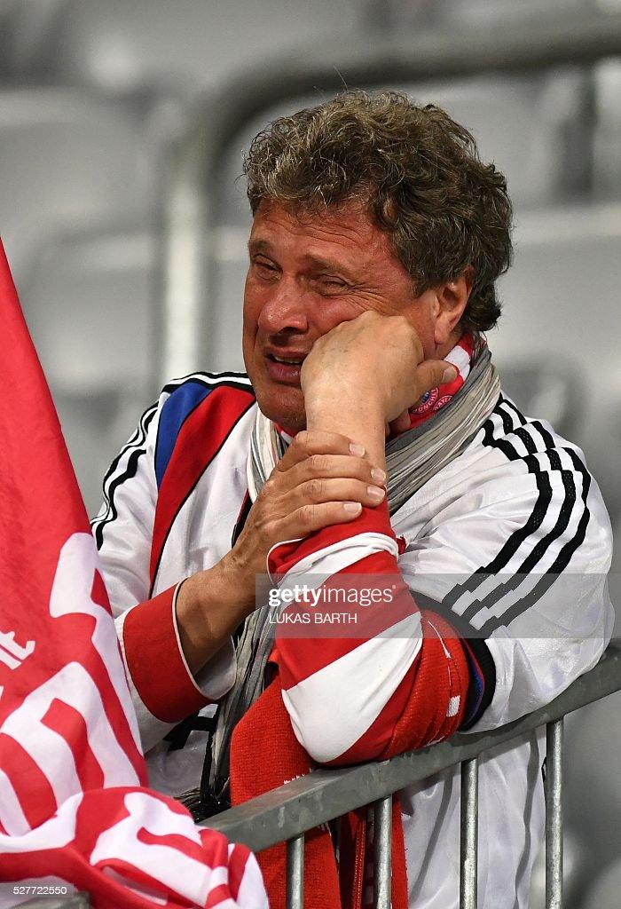 A Bayern Munich fan cries after the UEFA Champions League semi-final, second-leg football match between FC Bayern Munich and Atletico Madrid in Munich, southern Germany, on May 3, 2016. / AFP / LUKAS
