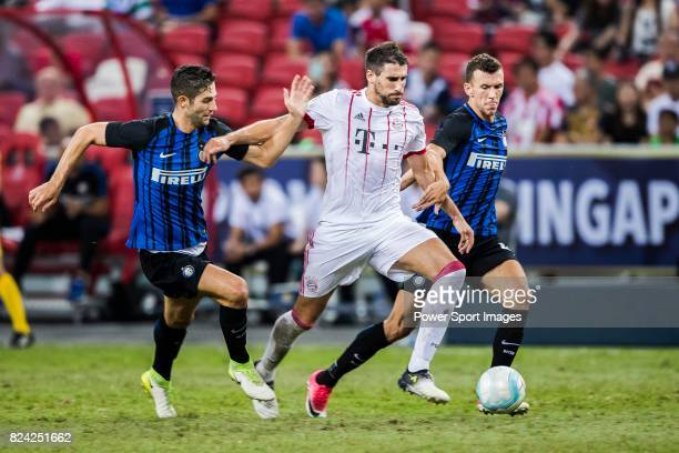 Bayern Munich Midfielder Javi Martinez fights for the ball with FC Internazionale Midfielder Roberto Gagliardini during the International Champions...