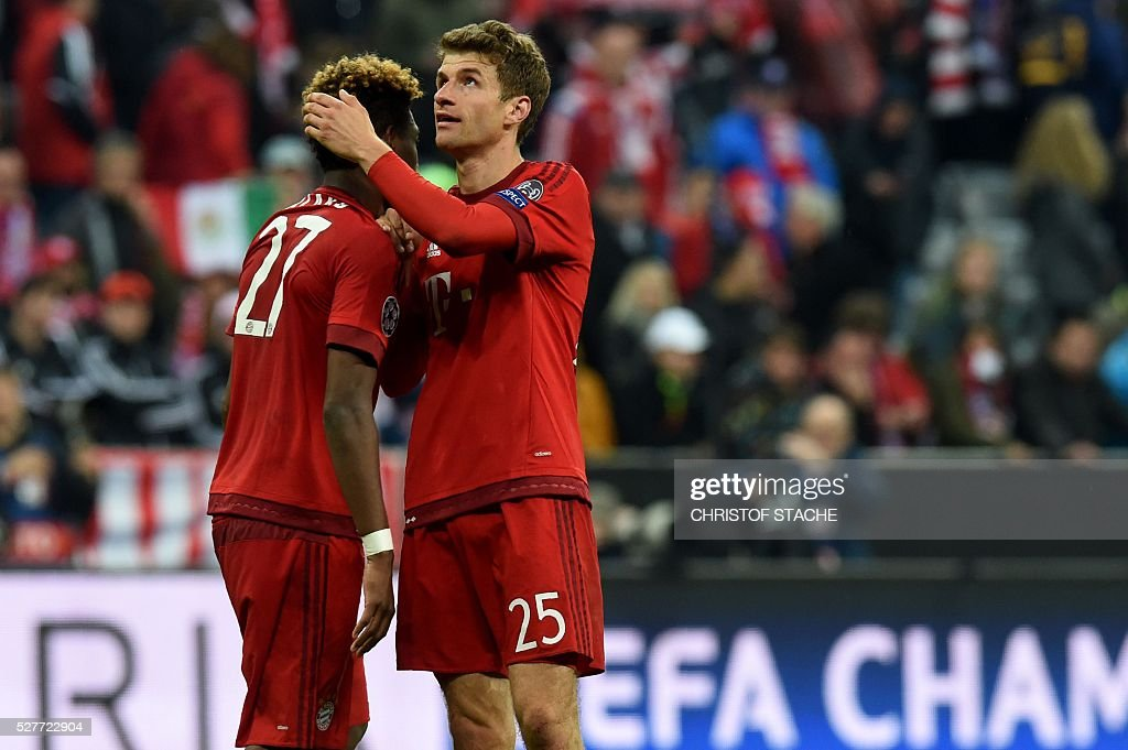 Bayern Munich's Austrian midfielder David Alaba (L) and Bayern Munich's midfielder Thomas Mueller react after the UEFA Champions League semi-final, second-leg football match between FC Bayern Munich and Atletico Madrid in Munich, southern Germany, on May 3, 2016. / AFP / Christof Stache